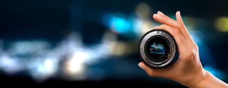 fotografia vista lente della fotocamera fotografo lente attraverso il video digitale mano in vetro di messa a fuoco offuscata persone Concetto - immagini stock
