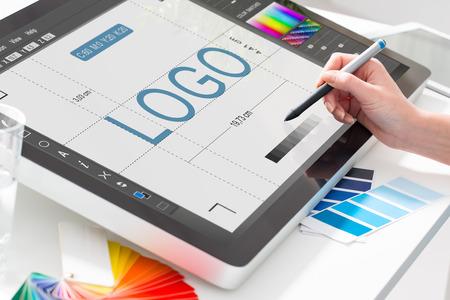 grafiken: Logo-Design Markendesigner Skizze grafische Zeichnung kreativ Kreativität studiert Arbeit Tablet-Konzept zeichnen - Lager Bild