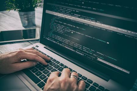 Codering code programma programmeren compute coder werk schrijven software hacker develop man concept - stock afbeelding Stockfoto