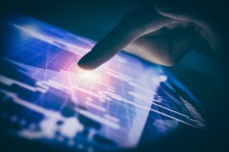 トレーダー ブローカー外国為替投資スマート フォン株式市場チャート画面を保持します。