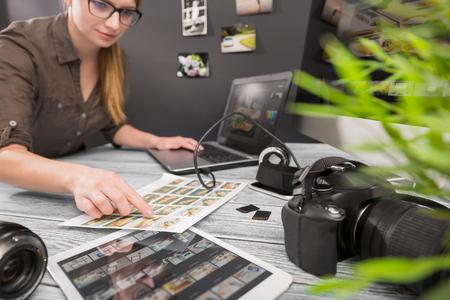 Caméra journaliste photographe concept de voyage photo montage dslr modifier hobby concepteur d'éclairage d'affaires - image Banque d'images - 72952415