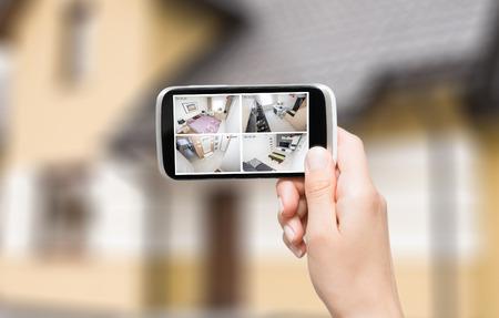 홈 카메라 CCTV 감시 모니터 시스템 알람 스마트 하우스 비디오 폰보기 개념 - 재고 이미지