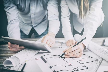 architecten architect project interieur design ontwerper planning van mensen architectuur tekening business plan bouw schets huis concept - stock beeld