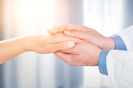 人間の手の信頼タッチ医療おかげで助けクリニック健康コンセプト - ストック イメージを保持している医者患者のケア 写真素材