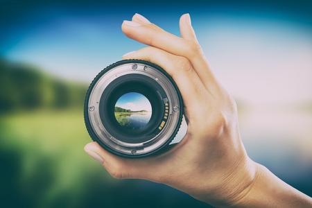 Fotografía vista cámara fotógrafo lente lente a través de video foto digital vidrio mano borrosa enfoque personas concepto - imagen de stock