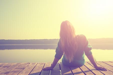 휴식 여성의 삶의 일 레트로 호수 빈티지 사진 일출 일몰 빔 아침 휴식 - 재고 이미지를