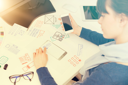 Designer femme dessin site web app développement UX. concept expérience utilisateur. Banque d'images