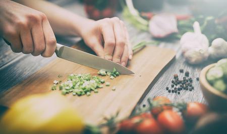 Cocinar la cena vida de la cocina vegetariana en vivo ensalada de manos de la dieta cocinero concepto feliz comida estilo de vida saludable preparar a las mujeres de los alimentos - Imagen Foto de archivo - 73650724