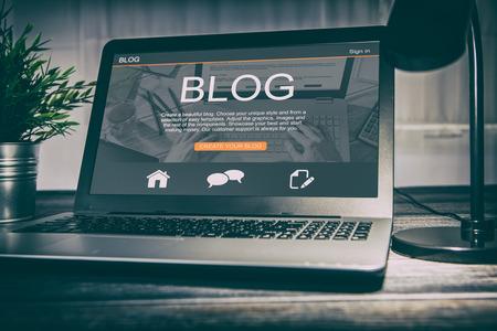 Blogging code codificateur de mots de blog à l'aide de la page d'ordinateur portable clavier ordinateur portable blogueur Internet ordinateur marketing opinion interface mise en page conception concepteur concept - image image Banque d'images
