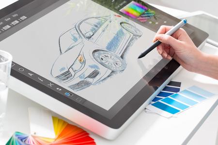 디자이너 그래픽 그리기 자동차 창조적 인 창의력 그리기 작업 태블릿 화면 스케치 디자인 색상 개념 - 재고 이미지 스톡 콘텐츠