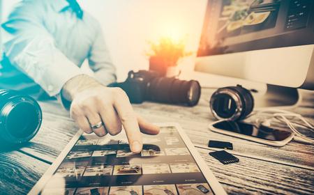 Caméra journaliste photographe concept de voyage photo montage dslr modifier hobby concepteur d'éclairage d'affaires - image Banque d'images - 73650799