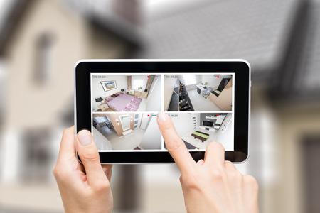 moniteur de surveillance maison caméra de surveillance système maison intelligente vidéo main concept de gros plan extérieur - image