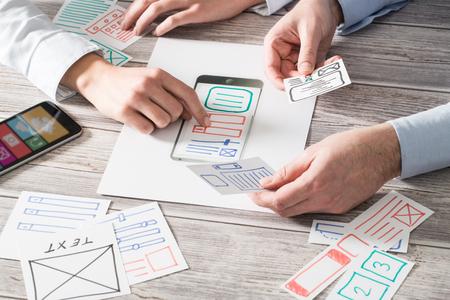 ux designer ontwerpen van designers web merk telefoon smartphone layout geek bedrijf prototype internet doelen schetsontwerp write idee succes oplossing concept - stock Stockfoto
