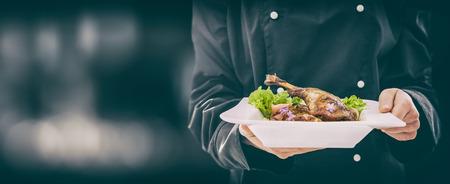 주방장은 완벽한 저녁 식사를 계속합니다. 요리사 요리 레스토랑 음식 접시 좋은 접시 배경 제공 호텔 미식가 미식가 분자 배경 준비 요리 개념 - 재고