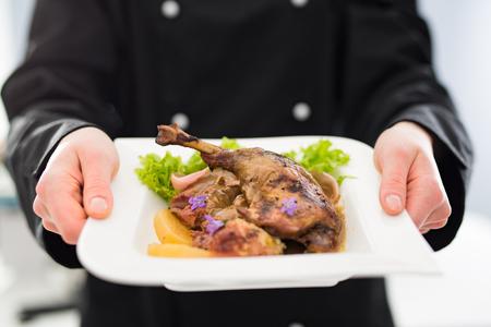 chef cuisiner restaurant nourriture plat diner assiette fine servir hôtel garnir gourmet moléculaire préparer culinaire tenue décorer concept - stock image Banque d'images