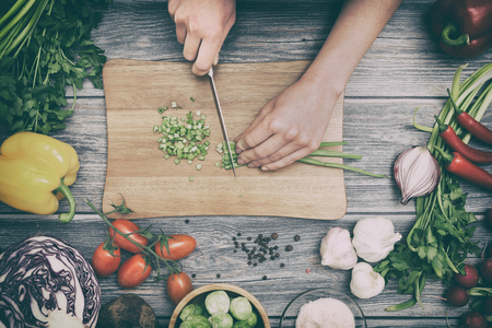 Kochen gesunden Lebensstil Mahlzeit Essen Frauen leben Abendessen vegan Küche Live-Diät Hände Salat Koch glücklich Konzept vorbereiten - Stock Bilder Standard-Bild - 73650921