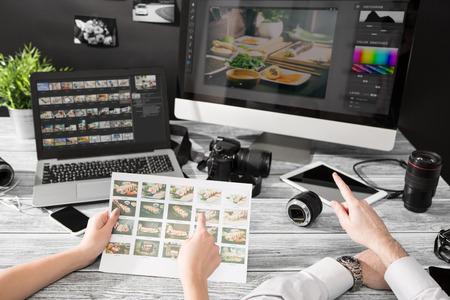 Recuerdos periodista fotógrafo del equipo de cámara de fotos réflex digital de edición editar fotografía diseñador de trabajo en equipo de iluminación disparar disparar contemporánea comercial objetos concepto objetivo - Imagen Foto de archivo - 73650933