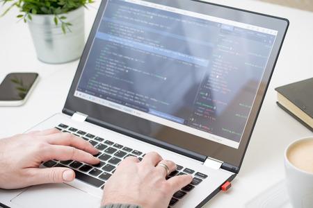 Imagen - código de codificación desarrollador programa programación de cómputo trabajo de desarrollo web codificador de software de diseño de cerca escritorio escritura estación de trabajo el robo de claves de contraseña piratería concepto de cortafuegos Foto de archivo - 73650969