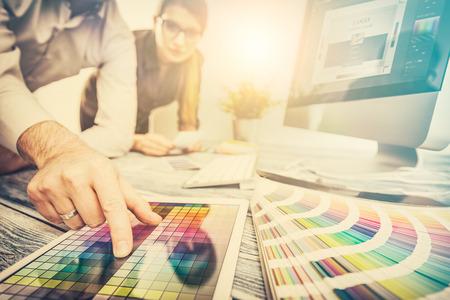ontwerper grafisch creatief creativiteit werk tablet ontwerpen ontwerp kunstenaar kleuring ideeën stijl networking menselijke notebook patroon plaats concept - stock