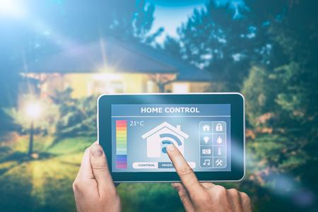 デジタル タブレットや電話でホームのリモート コントロール システム。 写真素材 - 73651046