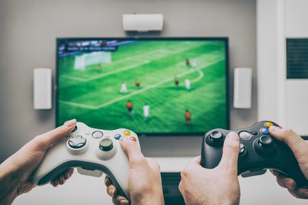 Archivio fotografico - gioco di gioco Play TV divertimento gamer gamepad console per videogiochi controllore ragazzo giocatore che giocano in possesso passatempo ludico vista godimento concetto