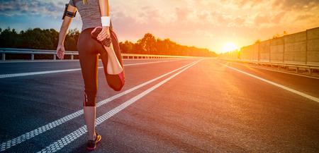 stretching looppas oefening road jogging flare zonsondergang fitness kruis zonnestraal succes running sportkleding - stock