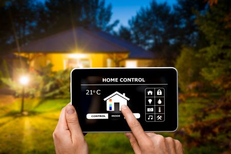 Zdalny system sterowania domem na cyfrowym tablecie lub telefonicznie. Zdjęcie Seryjne