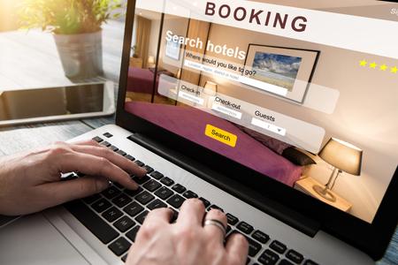 reserva de hotel concepto de turismo plan de investigación libro de reserva de búsqueda viajero viajes de negocios vacaciones - Imagen