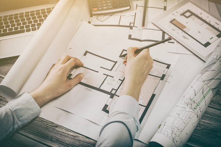 Architect architectuur tekening project blauwdruk kantoor bedrijf werkend architecturaal constructie ontwerp ontwerper liniaal tafel werkplek concept - stock afbeelding