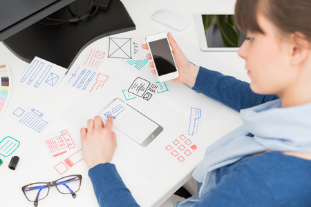 디자이너 여자 드로잉 웹 사이트 ux 애플 리케이션 개발입니다. 사용자 경험 개념. 스톡 콘텐츠 - 74152154