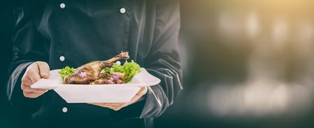 De chef-kok houdt perfect gemaakt diner. Chef-kok koken restaurant eten schotel dineer fijne plaat achtergrond serveren hotel garnituur gastronomisch moleculaire achtergrond bereiden culinair concept - stock afbeelding