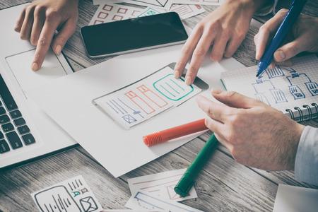 Ux projektant projektant projektant stron internetowych telefon smartphone layout geek biznes prototyp internet cel szkic planu pisać pomysł sukces rozwiązanie koncepcji - zbiory fotografii, ilustracje Zdjęcie Seryjne