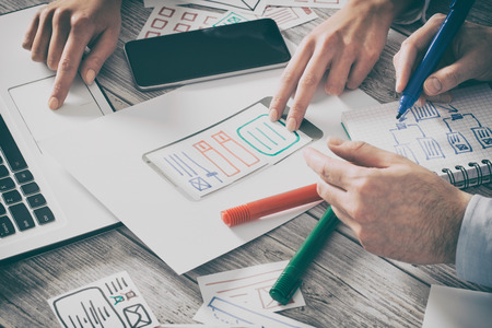 ux značkové navrhování designéři web značka telefon smartphone rozvržení mág obchodní prototyp internetové cíle skici plán pro neregistrované koncept nápad úspěch řešení - sériový snímek Reklamní fotografie