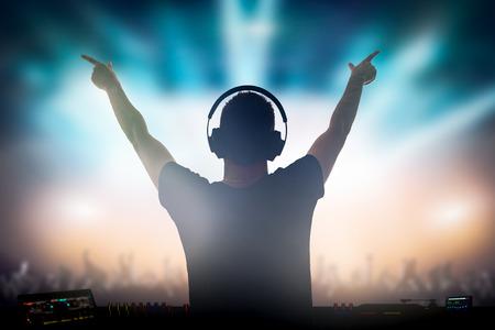 Charismatic Discjockey. Club, Disco DJ zu spielen und für Publikum Menschen Mischen von Musik. Standard-Bild - 74151882