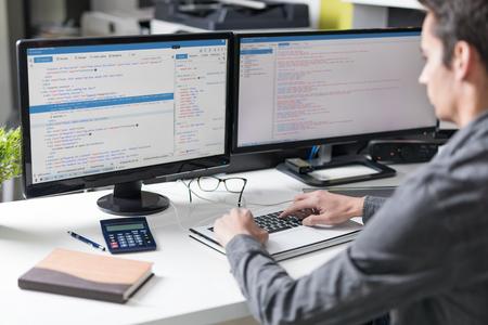 Het ontwikkelen van programmering en codering technologieën. Website ontwerp. Cyber ruimte concept.