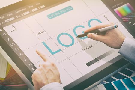 logo designmerk ontwerper schets grafisch tekening creatief creativiteit trekken bestuderen werktablet concept - stock Stockfoto