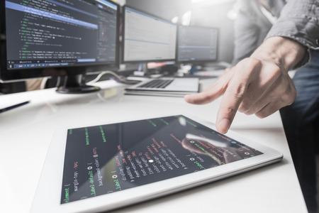 Die Entwicklung Programmierung und Codierung Technologien. Website design. Cyberspace-Konzept. Standard-Bild - 75085988