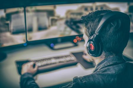 전문 컴퓨터 플레이어는 두 대의 모니터를 사용하는 컴퓨터에서 재생됩니다. 스톡 콘텐츠