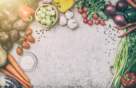 Voedsel achtergrond keuken ingrediënt keuken concept maaltijd vegetariër groente gezondheid bovenaanzicht ruimte bord tafel leeg bruin concept - stock afbeelding