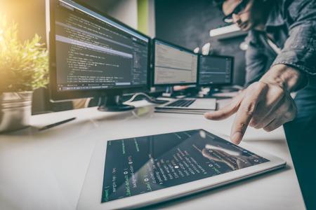El desarrollo de la programación y tecnologías de codificación. Diseño de páginas web. concepto de espacio cibernético. Foto de archivo