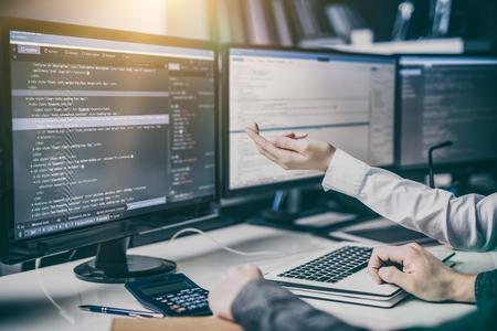 Die Entwicklung Programmierung und Codierung Technologien. Website design. Cyberspace-Konzept. Standard-Bild - 75086031