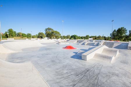 skating skatepark skatepark ontwerp skateboard skateboarden leeg beton - stock beeld Stockfoto