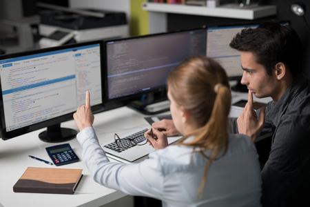 Die Entwicklung Programmierung und Codierung Technologien. Website design. Cyberspace-Konzept. Standard-Bild - 75086091