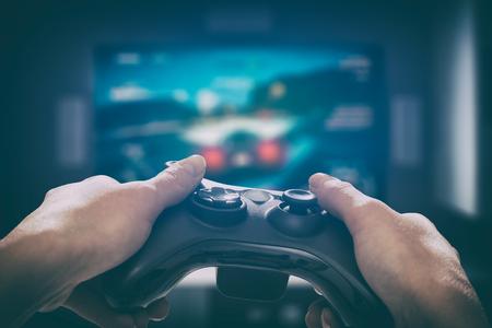 Gaming spel spelen tv plezier gamer gamepad man controller video console spelen speler bedrijf hobby speelse plezier bekijken concept - stock afbeelding Stockfoto