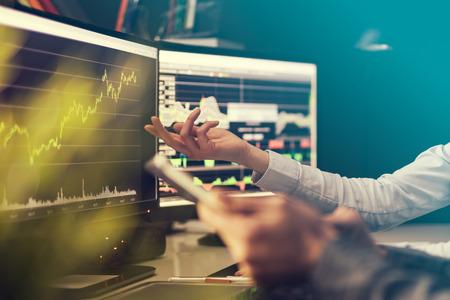 투자 목적으로 데이터, 그래프 및 보고서 분석. 크리 에이 티브 팀웍 상인.
