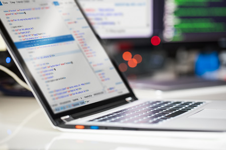 プログラミングとコーディング技術を開発します。ウェブサイトの設計。サイバー スペースのコンセプト。