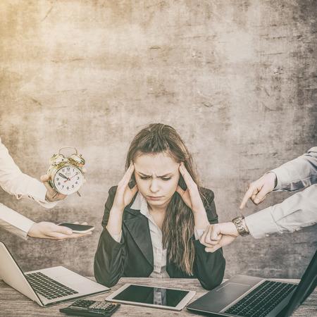 Weibliche Büroangestellte sind von der Arbeit müde und erschöpft. Sie hat abgebrannt und hat Depressionen.