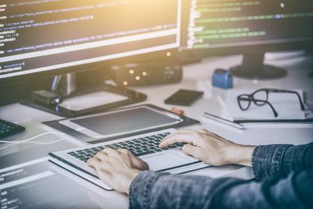 프로그래밍 및 코딩 기술 개발. 웹 사이트 디자인. 사이버 공간 개념입니다.