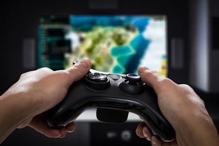 Gra gra play tv zabawa gamer gamepad facet kontroler wideo konsola desktop odtwarzanie odtwarzacz gospodarstwa hobby zabawny radość widok koncepcja - zbiory fotografii, ilustracje Zdjęcie Seryjne