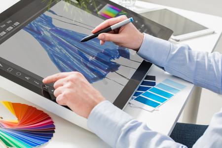 ファッションおしゃれなデザイナー ブランドの洋服服布スケッチ デザイン図面描画スタイリスト男男性ブルー コンセプト - ストック イメージの設